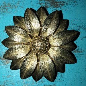 Vintage brooch Sarah Coventry gold daisy flower